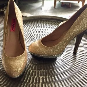 Betsey johnson gold sparkle heels pumps Sz 8